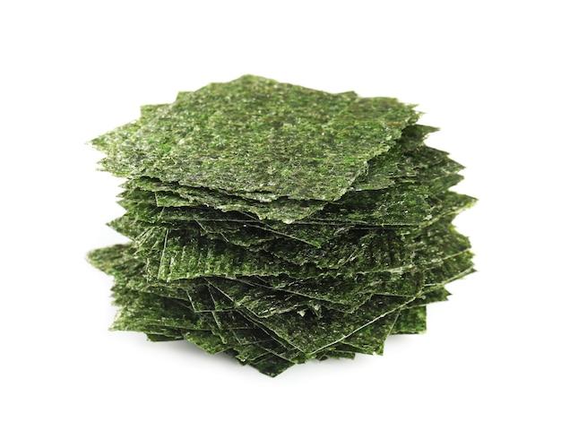 Feuilles d'algues savoureuses sur blanc
