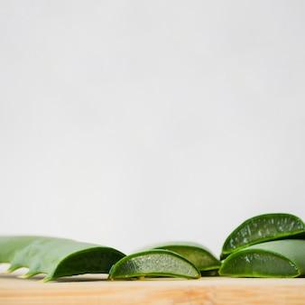 Feuilles d'aloe vera pour un traitement de beauté