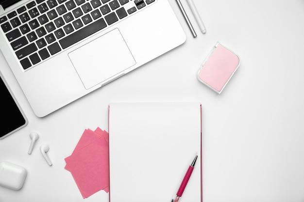 Feuilles et appareils. mise à plat, maquette. espace de travail féminin de bureau à domicile, copyspace. lieu de travail inspirant pour la productivité. concept d'entreprise, mode, freelance, finance, oeuvre d'art. couleurs pastel à la mode.