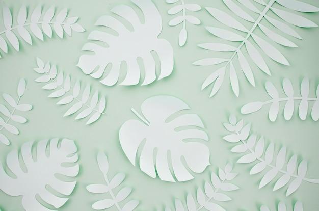 Feuilles artificielles style coupe papier avec fond gris