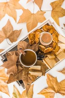 Feuilles d'automne autour de la nourriture du petit déjeuner frais