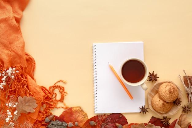 Feuilles d'automne, biscuits et carnet de papier, mise à plat