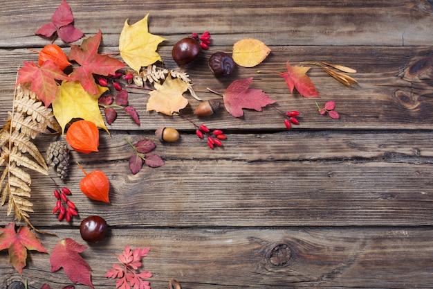 Feuilles d'automne sur bois vieux darrk