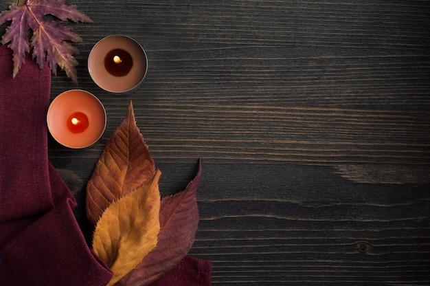 Feuilles d'automne et bougies allumées
