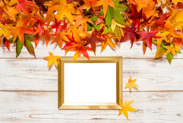 Feuilles d'automne et cadre doré avec un espace pour votre photo ou votre texte