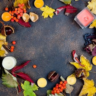 Feuilles d'automne, châtaignes, bougies dans l'obscurité