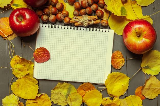 Feuilles d'automne colorées et cahier vierge
