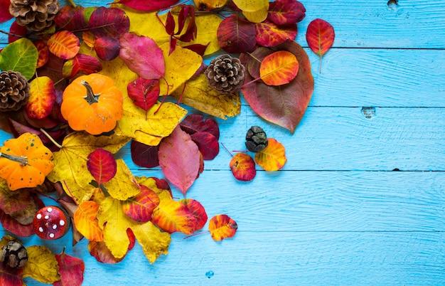 Feuilles d'automne colorées, sur un fond en bois