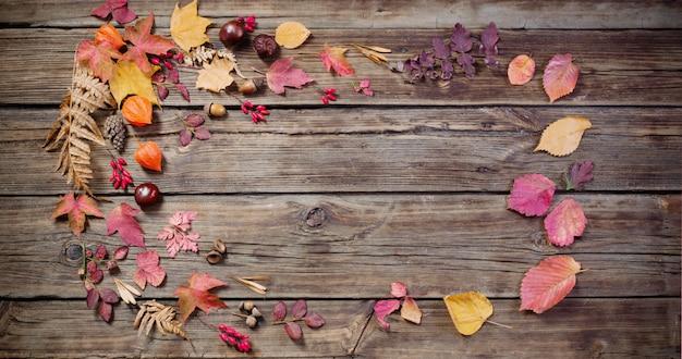 Feuilles d'automne sur fond de bois vieux darrk