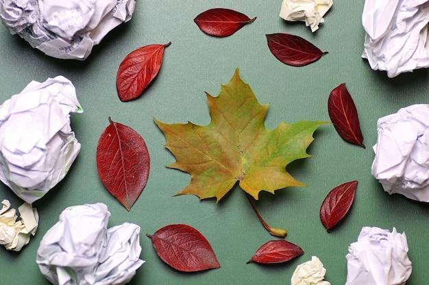 Feuilles d'automne fond sur une nature de concept de table isolée verte