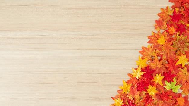 Feuilles d'automne sur un fond de table en bois