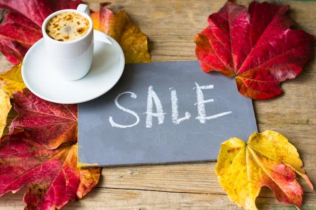 Feuilles d'automne lumineux fond avec tableau noir et café
