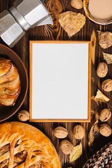 Feuilles d'automne et nourriture autour du cadre