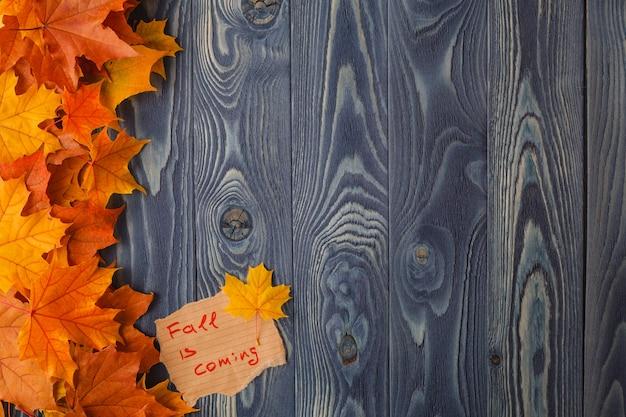 Feuilles d'automne sur le vieux fond en bois. avec copie espace