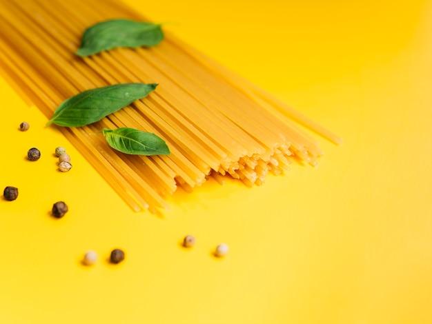 Feuilles de basilic sur bouquet de spaghettis