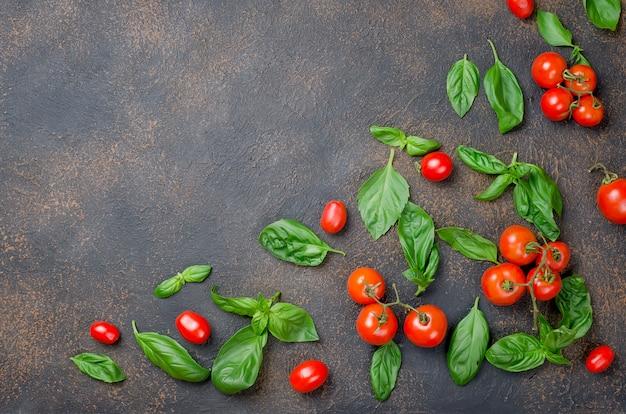 Feuilles de basilic vert, tomates cerises et épices poivrées