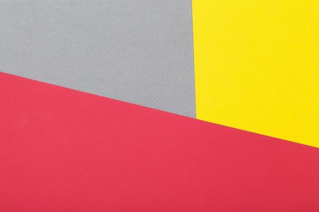 Feuilles de carton beige gris, jaune et rouge fond géométrique