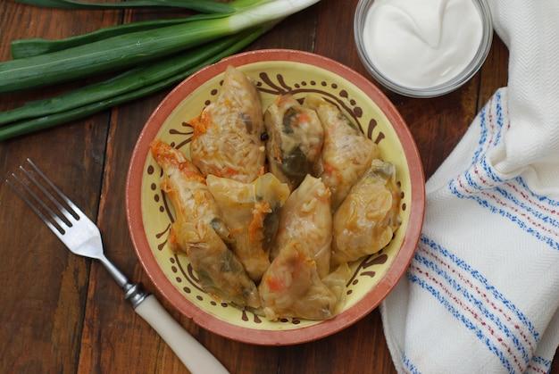Feuilles de chou farcies roulées, avec viande.