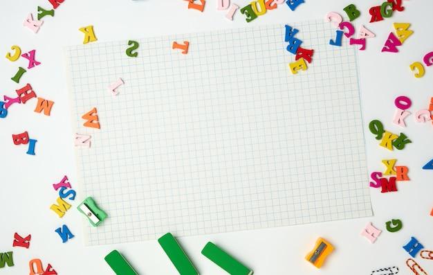 Feuilles dans une cage et petites lettres en bois multicolores