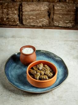 Feuilles de dolma avec du yaourt aigre