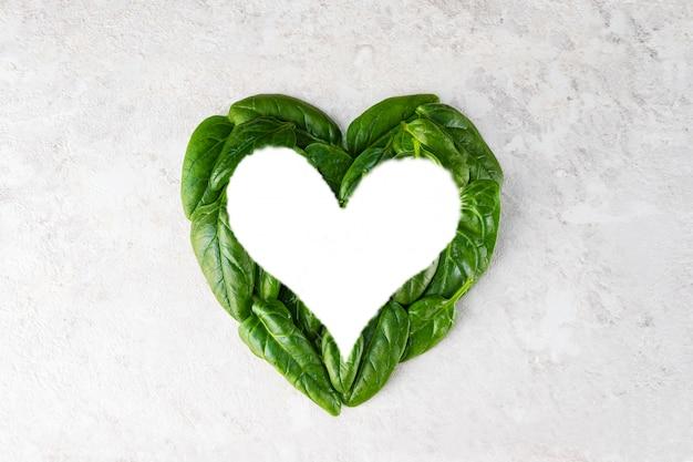 Les feuilles d'épinards en forme de coeur sont encadrées.