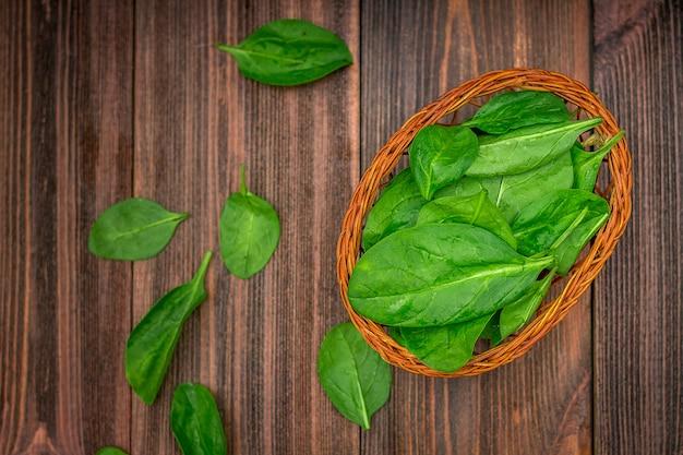 Feuilles d'épinards juteuses fraîches sur une table en bois marron. produits naturels, légumes verts, aliments sains