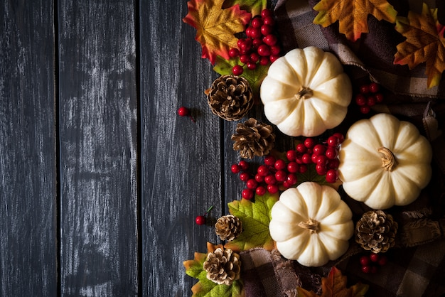 Feuilles d'érable automne avec baies citrouille et rouge sur fond en bois ancien. thanksgiving co