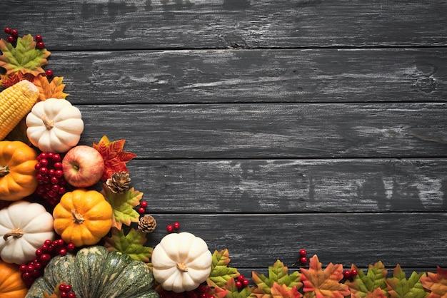 Feuilles d'érable automne avec citrouille et baies rouges