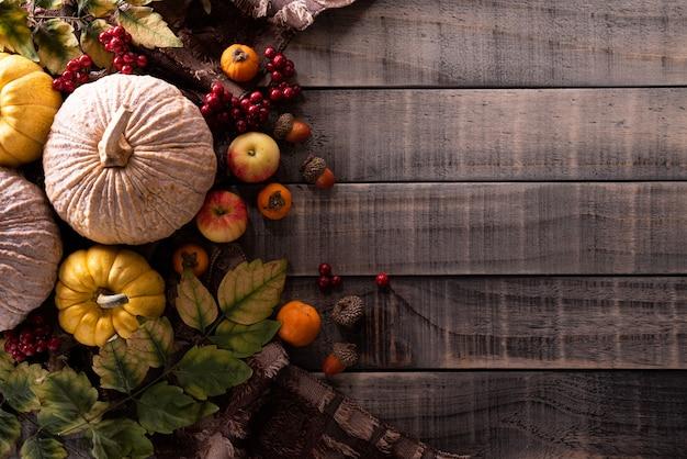 Feuilles d'érable automne avec citrouille sur fond en bois. concept de thanksgiving.