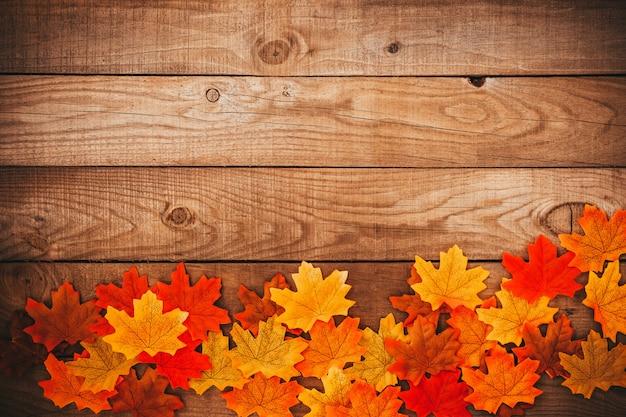Feuilles d'érable automne sur fond en bois ancien