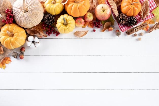 Feuilles d'érable automne sur fond en bois blanc jour de thanksgiving.