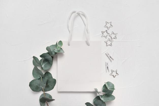 Feuilles d'eucalyptus et sac à provisions blanc