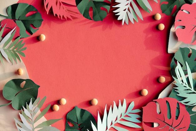 Feuilles exotiques, feuilles de palmier et monstera sur papier rose saumon