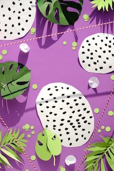 Feuilles exotiques et formes abstraites tachetées sur violet