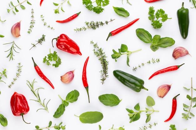 Feuilles de fines herbes d'épices et piment sur table blanche