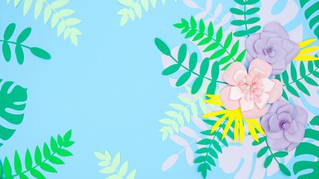 Feuilles et fleurs en papier copie espace