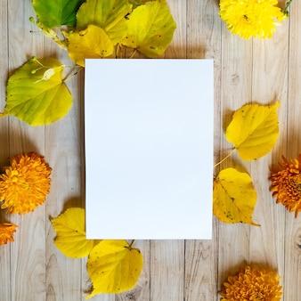 Feuilles jaunes automne fond en bois blanc blanc papier copie spacecolored maquette colorée