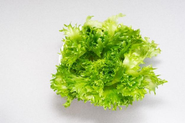 Feuilles de laitue verte fraîche dans un bol sur la table. alimentation équilibrée. vue de dessus