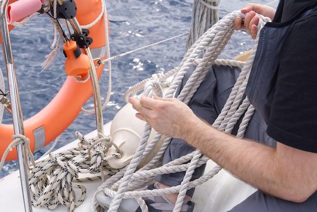 Feuilles de leer sur un yacht close up de tôle rayée les feuilles sont pesées sur les rails du yacht