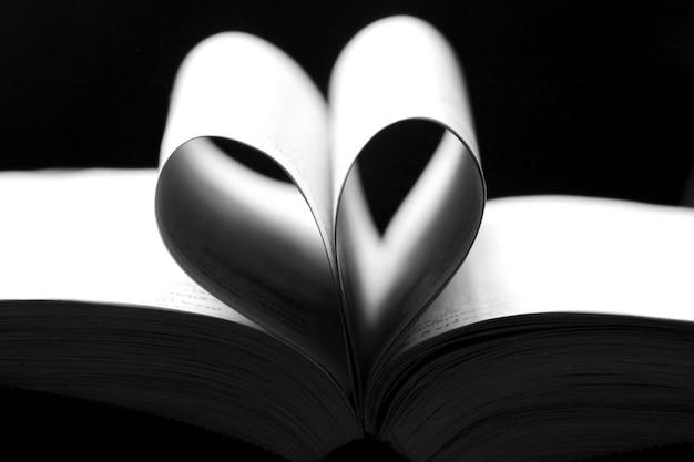 Feuilles d'un livre en forme de coeur