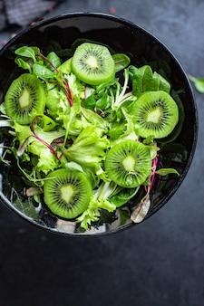 Feuilles de mélange de laitue salade et kiwi vert prêt à cuire et à manger