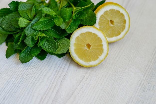 Feuilles de menthe fraîche juteuse et citron