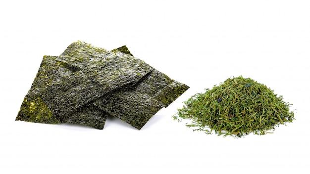 Feuilles de nori et poudre d'algues séchées isolé sur fond blanc