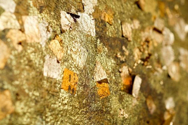 Feuilles d'or abstraites sur bouddha ou fond d'or de mur