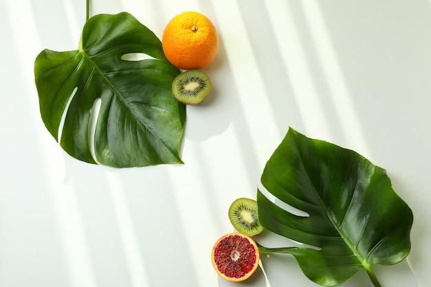 Feuilles de palmier et fruits sur blanc