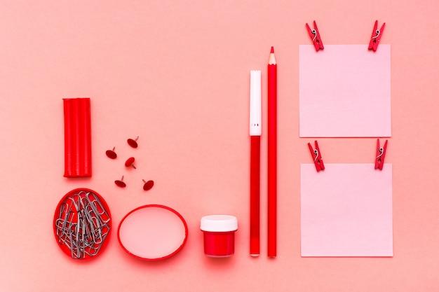 Feuilles de papeterie pour notes coupées, crayon, stylo à bille, gouache, pâte à modeler et cire sur fond vert