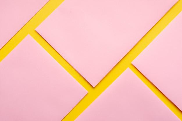 Feuilles de papier alignées roses