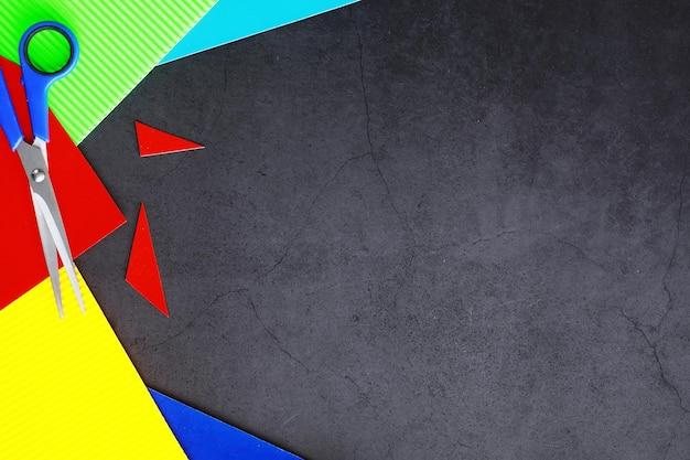 Feuilles de papier coloré, palette irisée de papier coloré, couleurs arc-en-ciel. vue de dessus sur table avec papier de couleur et ciseaux.