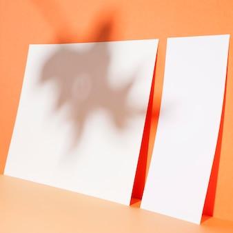 Feuilles de papier gros plan sur le mur