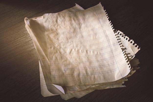 Feuilles de papier ligné ancien